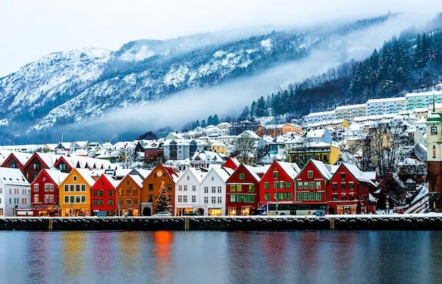 Bergen, norwegia. widok na historyczne budynki w bryggen - hanzeatyckie nabrzeże w bergen, norwegia.