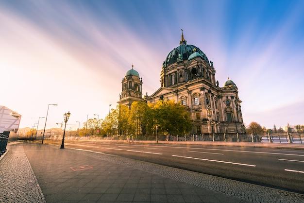 Berlin kopuła bez ludzi przeciw niebu