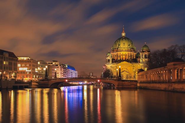 Berlińska katedra, berlińczyk kopuła przy nocą, berlin, niemcy