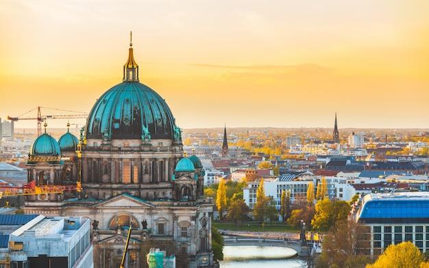 Berliński widok z lotu ptaka przy zmierzchem