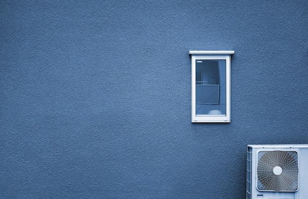 Beton ścienny z białym oknem