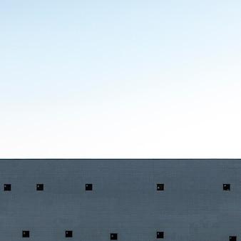 Betonowa konstrukcja w mieście z niebem