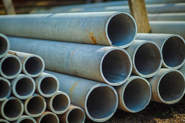 Betonowa rura azbestowa ułożona do stosowania w budownictwie.