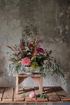 Betonowa ściana betonowa z dużym bukietem kwiatów