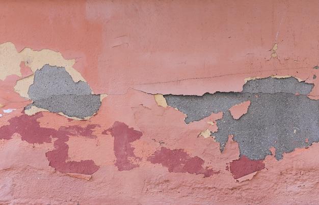 Betonowa ściana z farbą i peelingiem