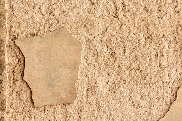 Betonowa ściana z pęknięciami i szorstką powierzchnią
