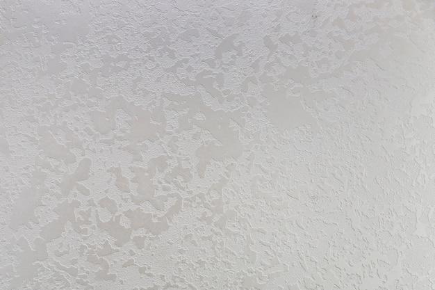 Betonowa ściana z plamami i szorstkim wyglądem
