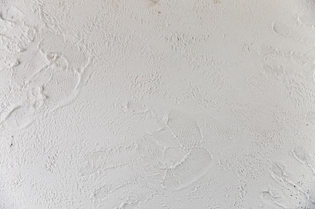 Betonowa ściana z teksturowaną powierzchnią