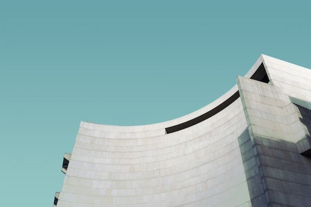 Betonowa struktura pod niebieskim niebem