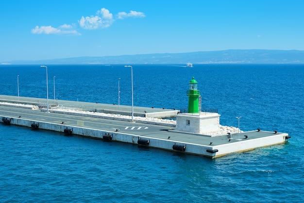 Betonowe nowoczesne molo z latarnią morską, port miejski split na morzu adriatyckim w chorwacji.