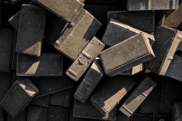 Betonowe płyty chodnikowe. tło kostek, leżących w arbitralnym porządku