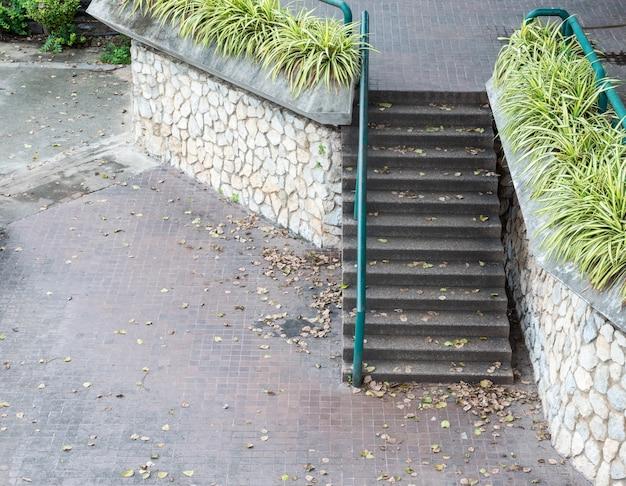 Betonowe schody z metalową barierką.