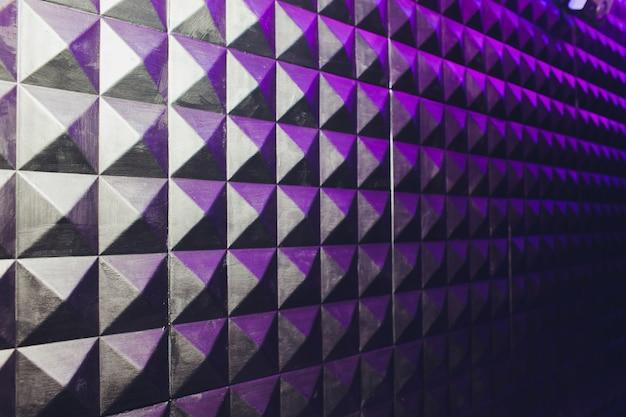 Betonowe ściany tekstura stiuk cement biały i szary geometryczne bezszwowe trójkąt piramidy tło z cienia i światła.