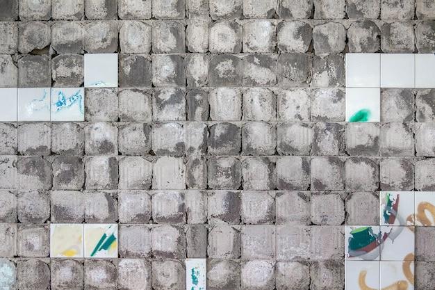 Betonowe ściany tło z plamami obrane stare płytki.