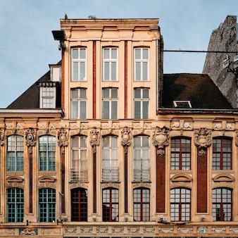 Betonowy budynek z pięknymi rzeźbami w lille we francji