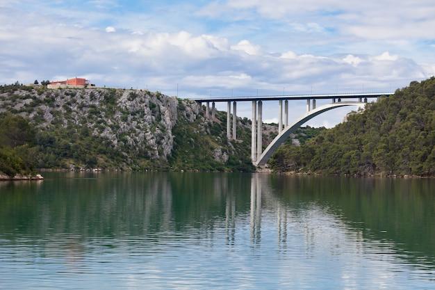 Betonowy most nad zatoką morską. strzał poziomy
