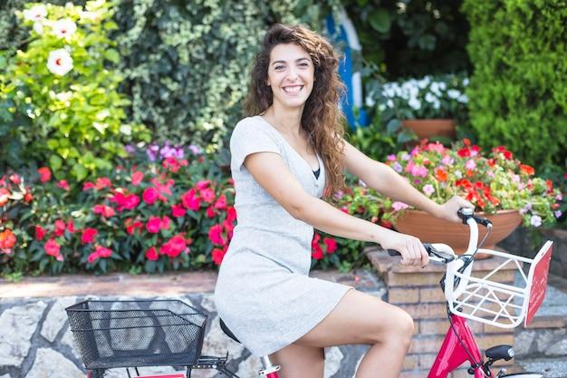 Beuatiful kobieta jedzie bicykl