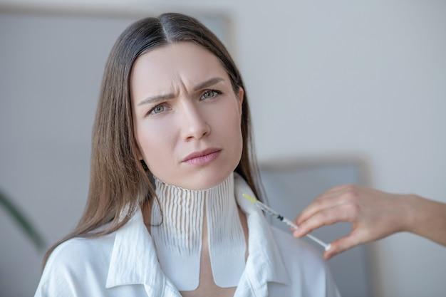 Bez botoksu. młoda piękna kobieta odwiedza centrum urody i odrzuca zastrzyki z botoksu