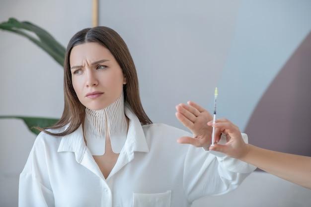 Bez botoksu. śliczna młoda kobieta odwiedza centrum urody i odrzuca zastrzyki z botoksu