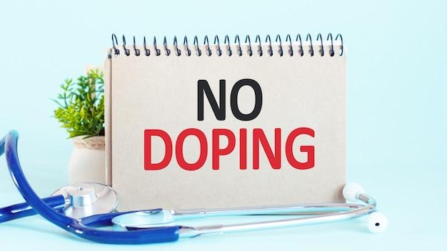 Bez dopingu - diagnoza zapisana na białej kartce papieru. leczenie i zapobieganie chorobom.