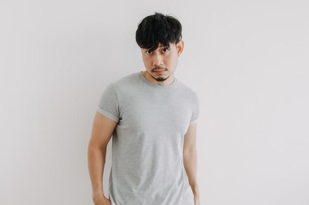 Bez golenia, bez obcinania włosów, mężczyzna po kwarantannie zostaje w domu