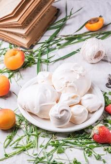 Beza z morelą i truskawką