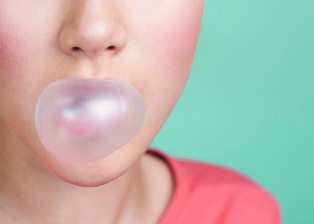 Bezbłędna osoba dmuchająca w gumę balonową