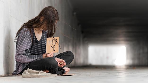 Bezdomny błagający o pomoc