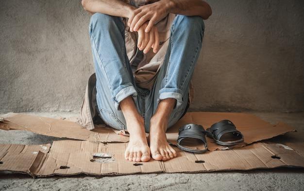 Bezdomny kaukaski mężczyzna. bez pieniędzy, bez pracy, bez domu