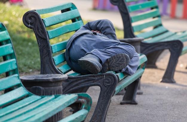 Bezdomny mężczyzna śpiący na ulicy