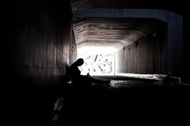 Bezdomny młody człowiek
