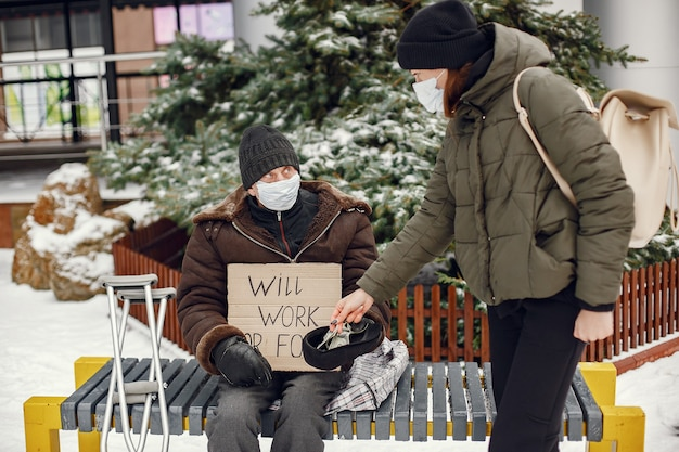 Bezdomny w zimowym mieście.