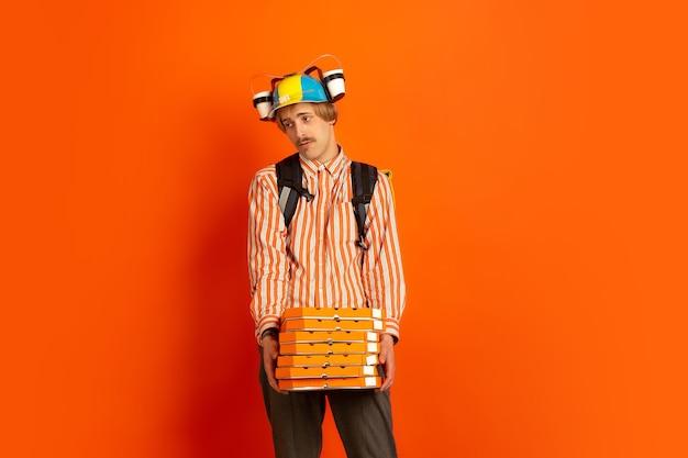 Bezdotykowa usługa dostawy podczas kwarantanny mężczyzna dostarcza żywność i torby na zakupy podczas izolacji