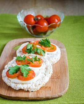 Bezglutenowe kanapki z mozzarellą i pomidorami