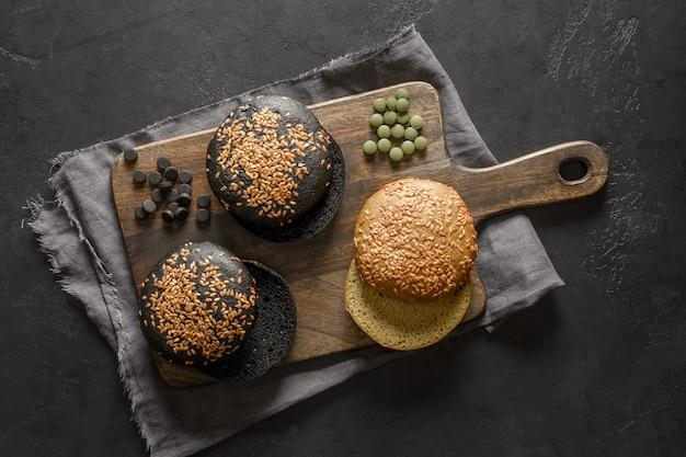 Bezglutenowe modne trzy wegańskie bułeczki do burgerów