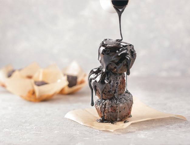 Bezglutenowe wegańskie babeczki czekoladowe z burakami, proszkiem migdałowym, mąką gryczaną i karobem lub kakao. babeczka czekoladowa. domowej roboty babeczki na popielatym betonowym tle z copyspace