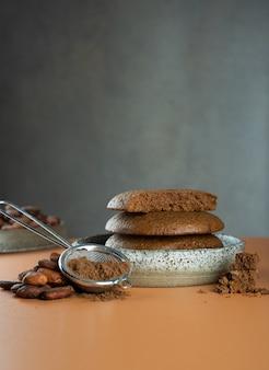 Bezglutenowe wegańskie domowe ciasteczka z kawałkami czekolady z kakao w ceramicznej misceprodukt organiczny kakao