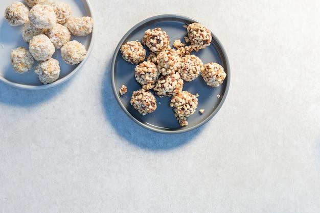 Bezglutenowe wegańskie trufle, smaczne przekąski pełne protein