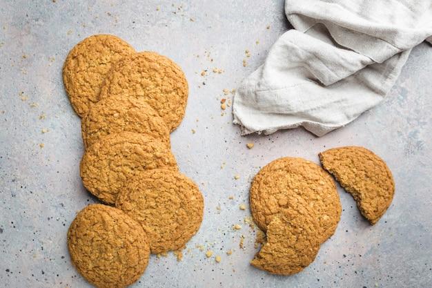 Bezglutenowe zdrowe ciasteczka owsiane na szarym kamieniu