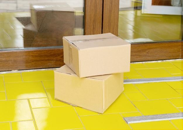 Bezkontaktowa dostawa. bezpieczne zakupy z dostawą do domu.