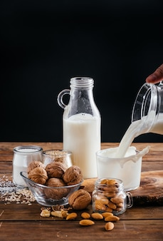 Bezlaktozowe rodzaje mleka roślinnego, mleko kokosowe, mleko migdałowe, mleko orzechowe, mleko ryżowe