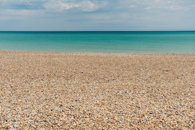 Bezludna kamienista plaża w eastbourne na południowym wybrzeżu anglii