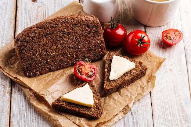 Bezmączny chleb zbożowy dietetyczny z serem i kawą na drewnianym stole