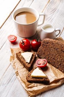 Bezmączny chlebek zbożowy z serem i kawą