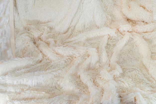 Beżowa pluszowa tkanina używana jako ściana