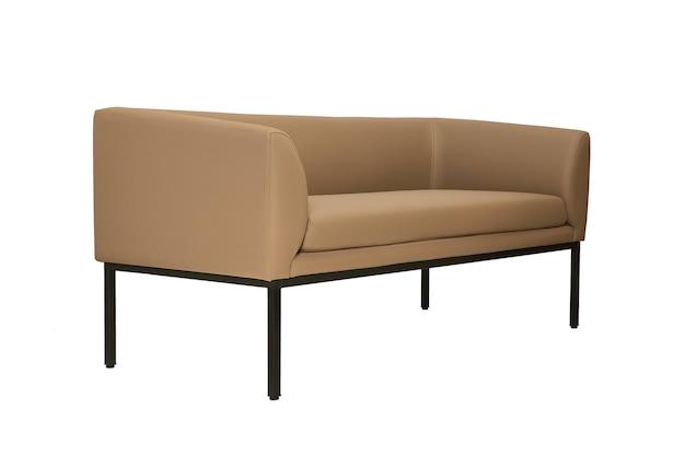 Beżowa skórzana kanapa w surowym stylu na białym tle, widok z boku. nowoczesne meble w stylu minimalistycznym, wnętrzarskim, domowym lub biurowym