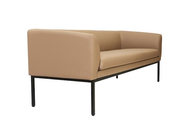 Beżowa skórzana sofa biurowa w surowym stylu na białym tle widok z boku