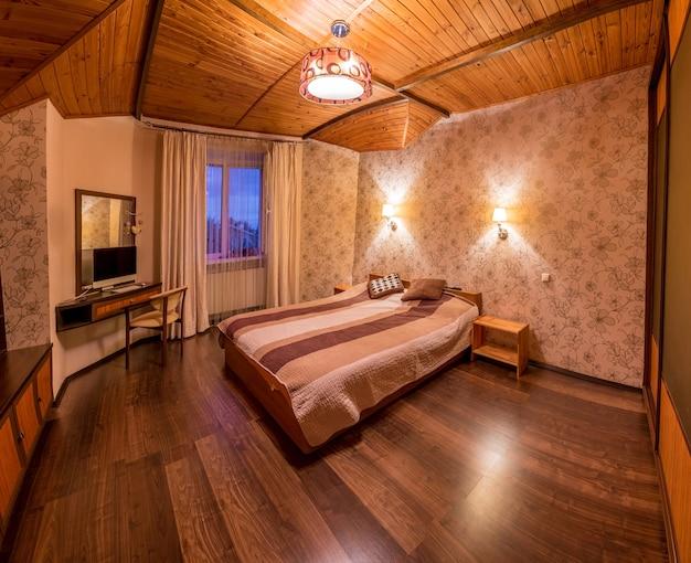 Beżowa sypialnia z drewnianą podłogą. słodki dom