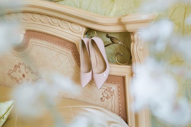 Beżowe buty ślubne na spotkania panny młodej