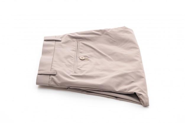 Beżowe krótkie spodnie na białym tle